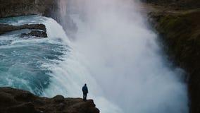 Промежуток времени ландшафта водопада Gullfoss в Исландии и человека стоя на крае скалы, наслаждаясь взглядом видеоматериал