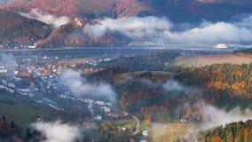 Промежуток времени ландшафта осени, холмы и деревни с туманным утром, Словакия видеоматериал