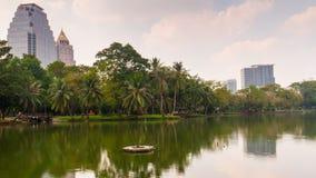 Промежуток времени Бангкок Таиланд панорамы 4k залива отражения озера света дня парка Lumpini сток-видео