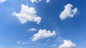 Промежуток времени белого облака исчезает в горячем солнце на голубом небе видеоматериал