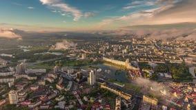 Промежуток времени Беларусь панорамы 4k захода солнца городского пейзажа Минска воздушный разбивочный видеоматериал