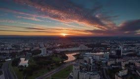 Промежуток времени Беларусь панорамы 4k центра реки nemiga Минска неба захода солнца воздушный сток-видео