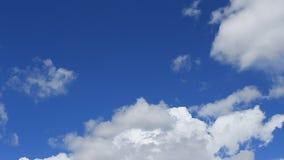 Промежуток времени, белизна движения, серый цвет, тучные облака акции видеоматериалы