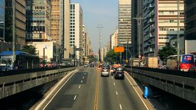 Промежуток времени бульвара Paulista avenida, Сан-Паулу, Бразилии Час пик в августе 2017 акции видеоматериалы