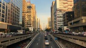 Промежуток времени бульвара Paulista avenida, Сан-Паулу, Бразилии Час пик в августе 2017 сток-видео