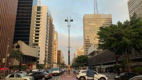 Промежуток времени бульвара Paulista avenida, Сан-Паулу, Бразилии Час пик в августе 2017