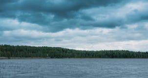 Промежуток времени быстроподвижных облаков над озером видеоматериал