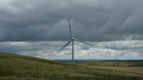 Промежуток времени ветротурбины на ветреный день с облаками акции видеоматериалы