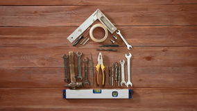 Промежуток времени взгляд сверху руки кладя дальше wodden дом таблицы схематический используя инструменты и вещество конструкции видеоматериал