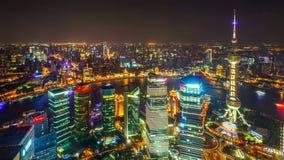 Промежуток времени воздушной ночи осветил городской пейзаж, Шанхай Китай видеоматериал