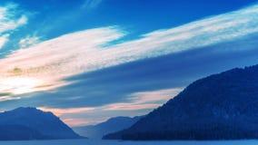 Промежуток времени восхода солнца на озере горы зимы акции видеоматериалы