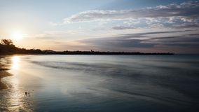 Промежуток времени восхода солнца plage Vais акции видеоматериалы