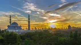 Промежуток времени Восход солнца на федеральной мечети, Куалае-Лумпур с горизонтом города Куалаа-Лумпур силуэта акции видеоматериалы