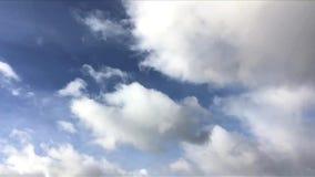 Промежуток времени голубого неба с белой свертывая стороной облаков справа налево рамки Быстроподвижные облака с самолетом в голу акции видеоматериалы