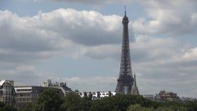 Промежуток времени города Парижа с облаками двигая быстро над центром города и Эйфелевой башней