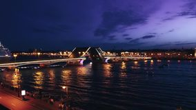 Промежуток времени городского пейзажа моста дворца ` s Санкт-Петербурга известного через реку Neva на ноче сток-видео