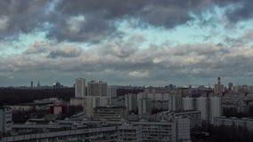Промежуток времени города и бурных облаков сток-видео