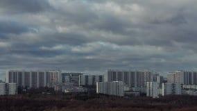Промежуток времени города и облаков видеоматериал