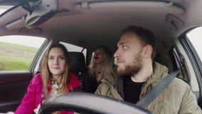 Промежуток времени: группа в составе молодые люди путешествуя автомобилем и ест что-то сидя внутрь Друзья идя задействовать совме акции видеоматериалы
