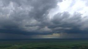 Промежуток времени - дождливый шторм приходит над равниной акции видеоматериалы