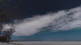 Промежуток времени залитых лунным светом облаков и рассвета над замороженным озером сток-видео