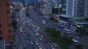 Промежуток времени занятой улицы ночи с автомобилями в городе Богота, Колумбии акции видеоматериалы