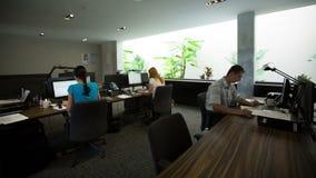 Промежуток времени занятых работников офиса города работая в офисе видеоматериал