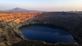Промежуток времени захода солнца искусственного озера на покинутом кратере шахты сток-видео
