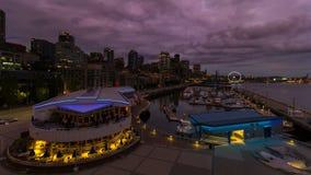 Промежуток времени захода солнца над городским портовым районом в Сиэтл WA в голубой час 4k сток-видео