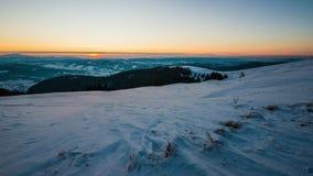 промежуток времени захода солнца 8K в горе зимы акции видеоматериалы