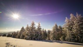 промежуток времени захода солнца 8K в горе зимы видеоматериал