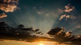 Промежуток времени захода солнца и неба облаков акции видеоматериалы