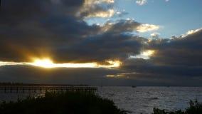 Промежуток времени захода солнца около пристани рыбной ловли, 4K акции видеоматериалы