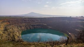 Промежуток времени искусственного озера на покинутом кратере шахты сток-видео