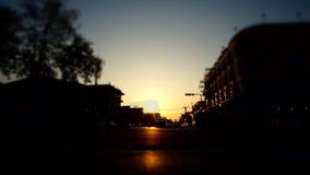 Промежуток времени - идя улица на заходе солнца видеоматериал