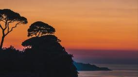 Промежуток времени, красивая установка солнца захода солнца за деревьями на холмах Италии в Сорренто, месте мочала в Италии видеоматериал