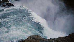 Промежуток времени красивого водопада Gullfoss в Исландии Турбулентное течение воды падает вниз от скалы видеоматериал