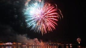 Промежуток времени красивого дисплея фейерверков на фестивале города над рекой сток-видео