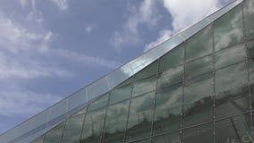 Промежуток времени Красивые облака в отражении стеклянного здания видеоматериал