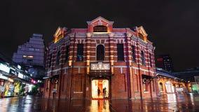 """Промежуток времени красного театра камеры или """"красного дома Ximen """"с падая дождем в районе Ximending вечером в Тайбэе, Тайване сток-видео"""