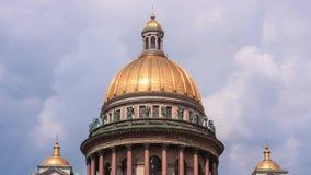 Промежуток времени купола собора St Isaacs на предпосылке движения облаков Музей в Санкт-Петербурге, России сток-видео
