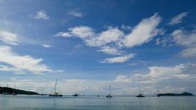 промежуток времени лета 4K ландшафт залива моря с много плавать шлюпка припаркованная в солнечном дне с голубым небом пасмурным н сток-видео