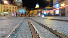 Промежуток времени людей торгует в центре Люблина вечером близком сток-видео