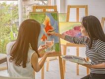 Промежуток времени молодого азиатского художника женщины 2 рассветая используя идеи думать и создавать самое лучшее художественно стоковое изображение