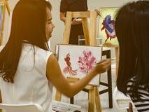 Промежуток времени молодого азиатского художника женщины 2 рассветая используя идеи думать и создавать самое лучшее художественно стоковое фото rf