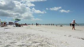 Промежуток времени на пляже чистой воды сток-видео