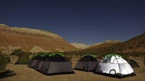Промежуток времени неба звезд над полем просмотра и располагаясь лагерем шатров на Altyn-Emel, Казахстане сток-видео