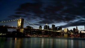 Промежуток времени Нью-Йорка Бруклинского моста сток-видео
