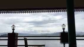 Промежуток времени облака и неба перед штормом на озере видеоматериал