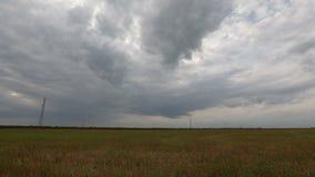 Промежуток времени - облака над равниной акции видеоматериалы